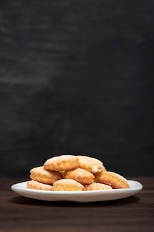 自家製ベーキング。ショートブレッド。食欲をそそるサンドクッキー。お茶を焼く。スペースをコピーします。垂直フレーム。