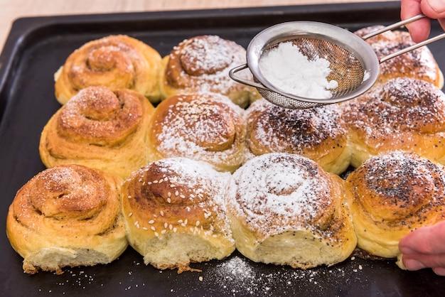Самодельная выпечка с сахарной пудрой как традиционный праздничный крупный план печенья. сладко вкусно