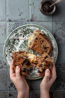 Домашний бальзамический сэндвич из цельнозернового хлеба с карамелизованным луком и сыром