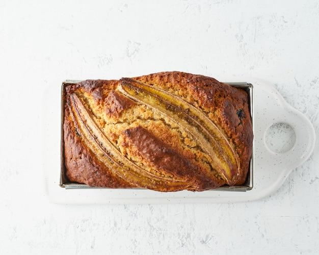 Домашний банановый хлеб. запеченный торт в каравае сковороды. пошаговый рецепт. шаг 12.