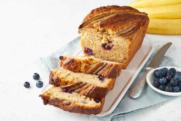 Домашний банановый хлеб. запеченный торт. вид сверху, белый стол.
