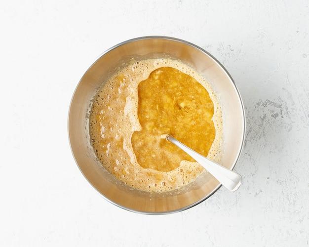 Домашний банановый хлеб. тесто для торта. пошаговый рецепт. шаг 6. Premium Фотографии