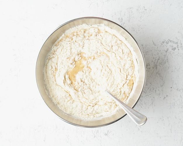 Домашний банановый хлеб. тесто для торта. пошаговый рецепт. шаг 9. Premium Фотографии