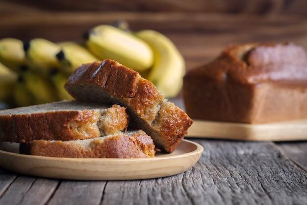 自家製バナナケーキ。ヘルシーなデザート。天然繊維入りケーキ。木の板でお召し上がりいただけます。