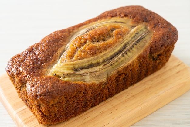 木の板に自家製バナナケーキ