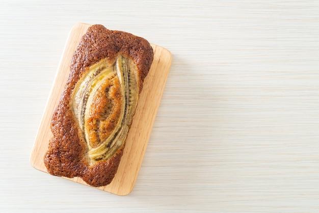 Домашний банановый торт на деревянной доске