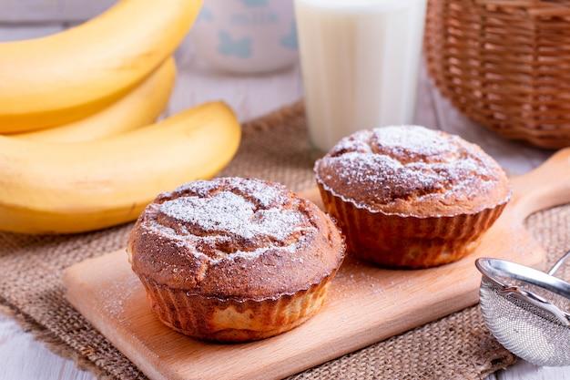 Домашние банановые кексы на деревянном столе. по горизонтали