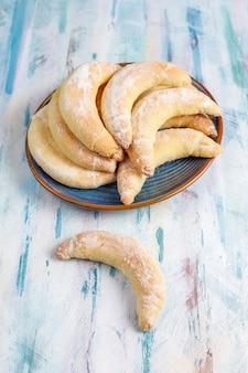 カッテージチーズを詰めた自家製バナナ型クッキー。