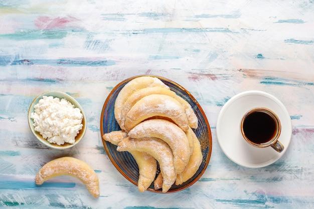 수제 바나나 모양의 코티지 치즈 충전 쿠키.