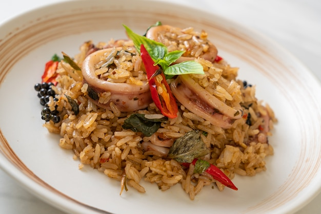 Жареный рис с домашним базиликом и пряными травами с кальмарами или осьминогом - азиатская кухня
