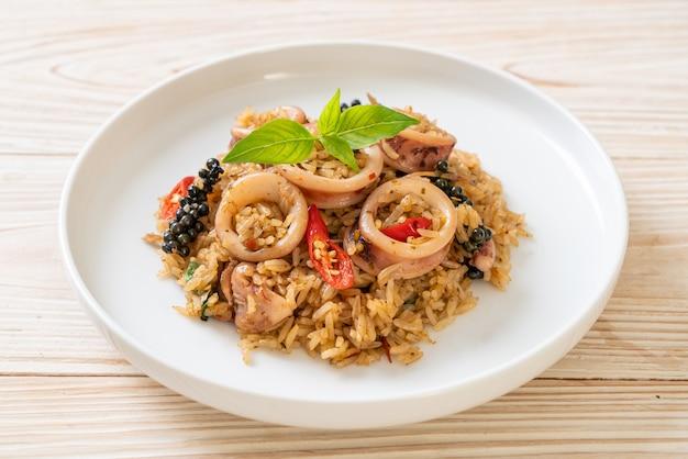 自家製バジルとイカまたはタコのスパイシーハーブチャーハン-アジア料理スタイル