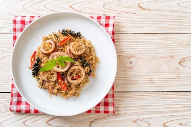 Жареный рис с домашним базиликом и пряными травами с кальмарами или осьминогом, азиатская кухня