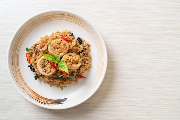 Жареный рис с домашним базиликом и пряными травами с кальмарами или осьминогом