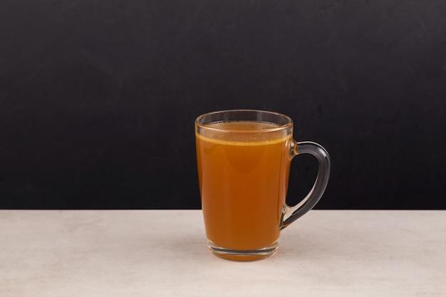 天然コラーゲン入りの自家製牛骨スープ。透明なマグカップのブイヨン。