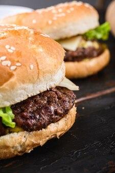 自家製牛肉のハンバーガーをクローズアップ