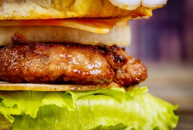 木製の比較で玉ねぎと自家製ビーフハンバーガー肉