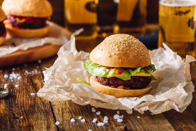 Домашний бифбургер на столе.