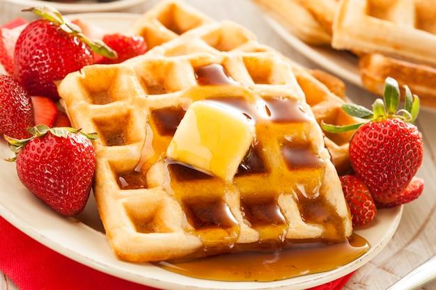 딸기와 메이플 시럽을 곁들인 수제 벨기에 와플
