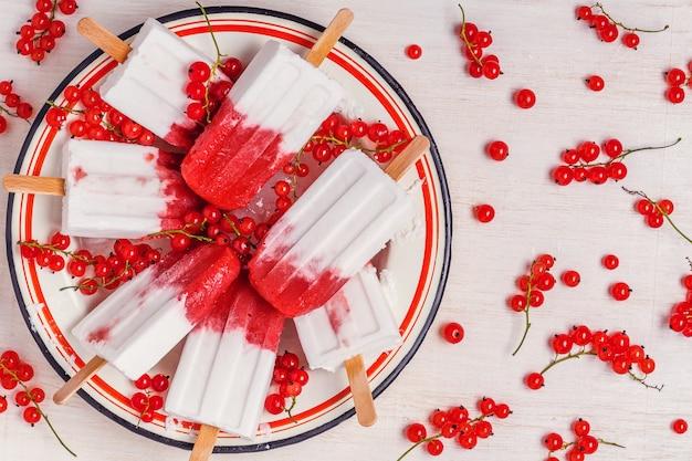 Домашние ягоды и фруктовое мороженое из кокосового молока