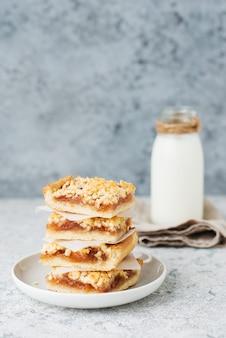 홈메이드 베리 크럼블 바, 잼, 홈메이드 쿠키, 우유, 선별적인 초점, 복사 공간