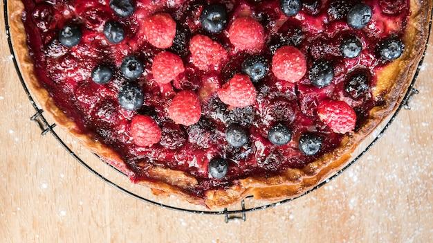 Torta ai frutti di bosco fatta in casa su un tavolo di legno