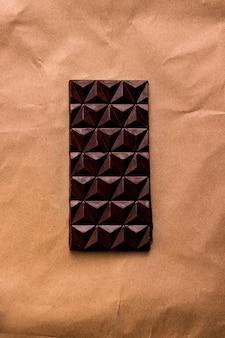 공예 갈색 종이에 수제 블랙 초콜릿. 위에서 보기