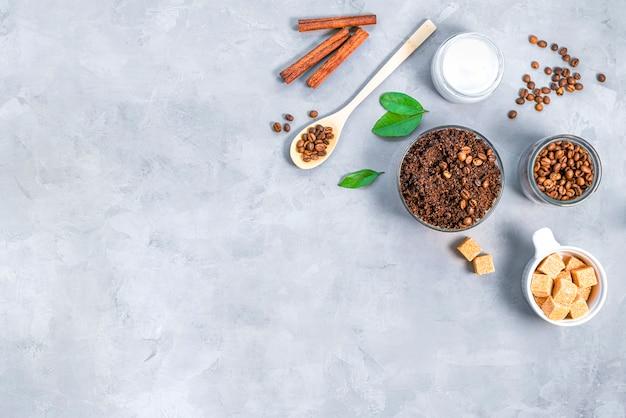 挽いたコーヒーシュガーとココナッツオイルの自家製ボディスクラブトップビューを剥がすための自家製化粧品