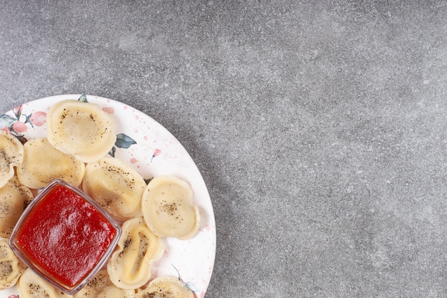 흰색 접시에 직접 만든 삶은 만두