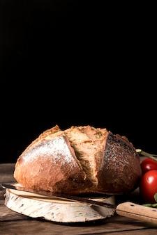 Pane fatto in casa sul tagliere