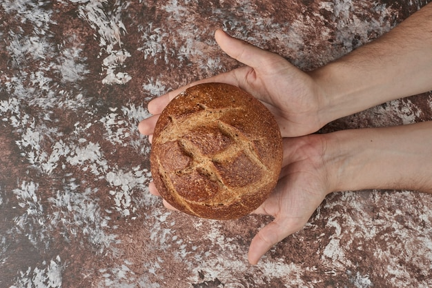 Pane fatto in casa nelle mani del cuoco