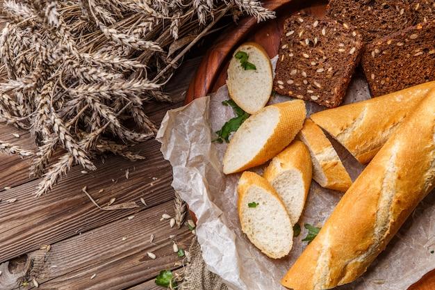 Домашний хлеб в деревянной тарелке