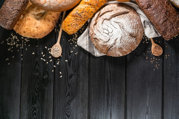Домашний хлеб на деревенском темном фоне