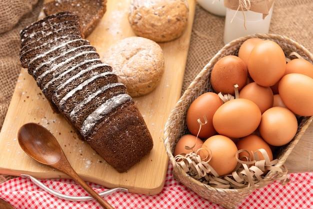 自然の村の産物から作られた自家製パン。