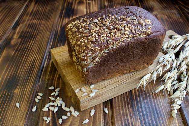 Домашний хлеб на деревянной разделочной доске