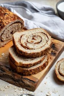 건포도, 견과류, 계피로 만든 수제 빵 조각