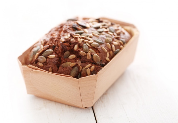 Домашний хлеб с зернами в коробке