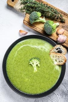 Домашний суп из брокколи со свежим багетом.