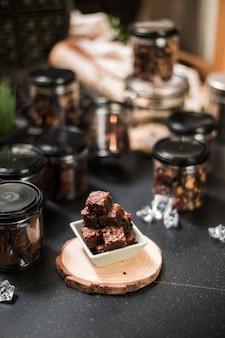 自家製ブラウニーは、カフェの黒いテーブルでお召し上がりいただけます。