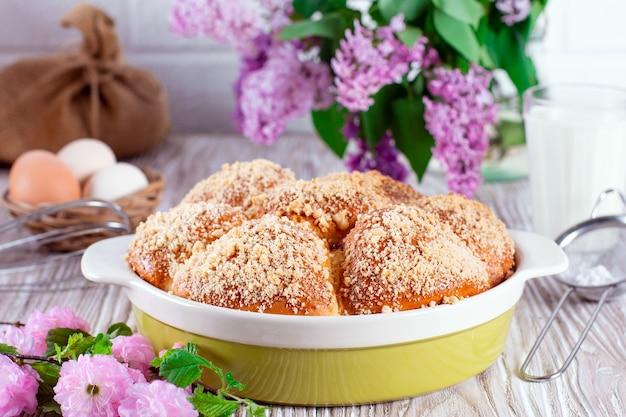 白い木製の背景にパン粉とジャムと自家製パン。パン粉とお団子。パン粉をまぶしたパン。