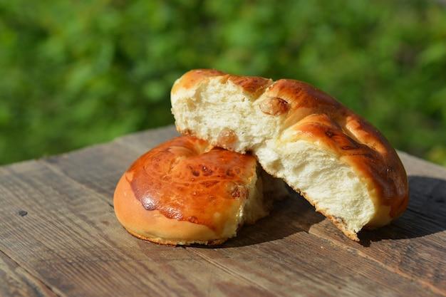 庭のテーブルに自家製パン