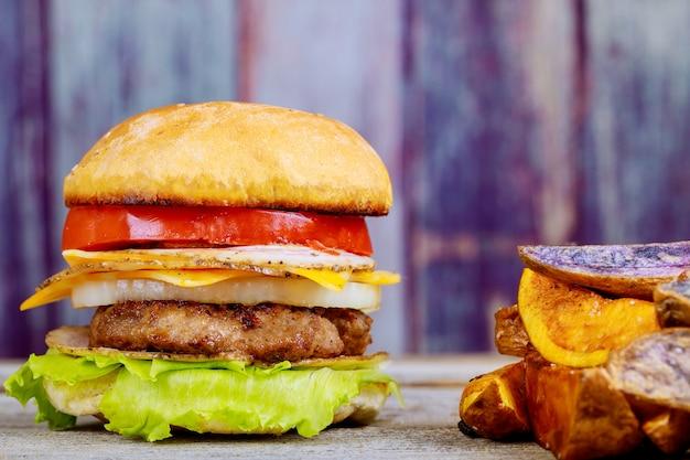 自家製ハンバーガーカツレツチーズとトマトとフライドポテト