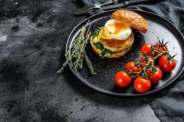 Домашний бургер с филе трески и яйцом