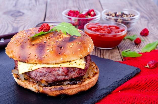 ゴマパンと牛ひき肉を黒い石に乗せた自家製ハンバーガー。