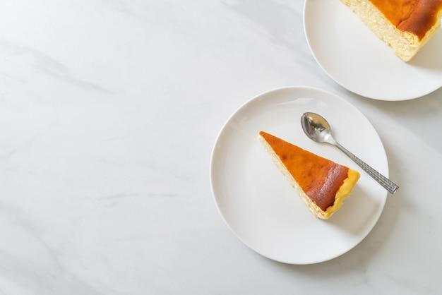 Домашний чизкейк на белой тарелке