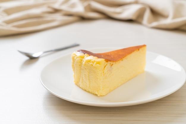 白いプレートに自家製の焼きチーズケーキ