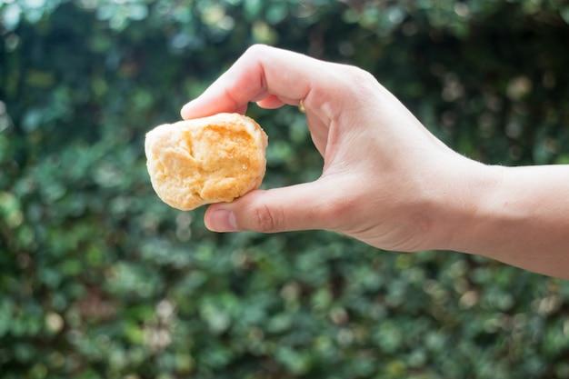 손에서 만든 버터 스콘