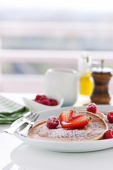 신선한 딸기로 만든 버터 밀크 팬케이크