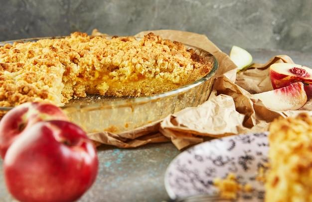 Домашний пирог в форме для запекания с персиками и грушами