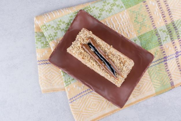 テーブルクロスと茶色のプレートに自家製ケーキ。高品質の写真