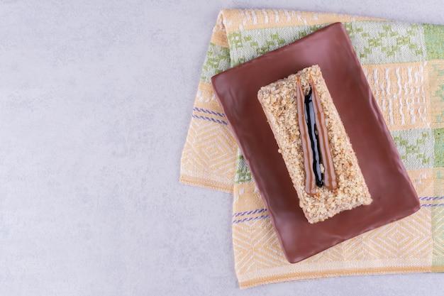 식탁보와 갈색 접시에 수 제 케이크입니다. 고품질 사진